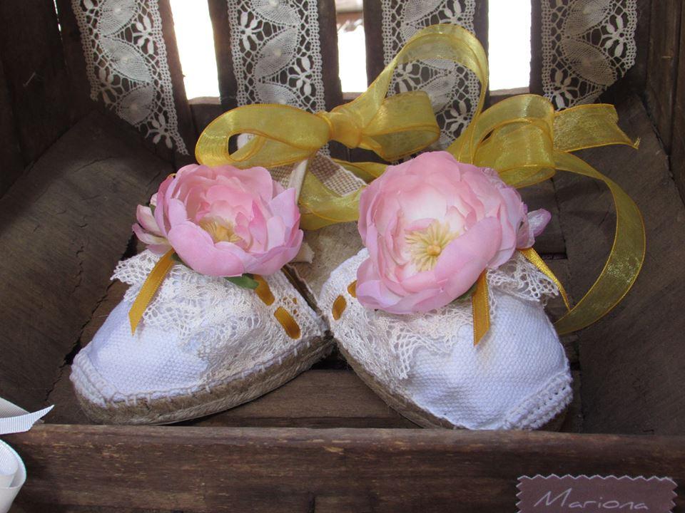 Alpargatas de niña decoradas con puntilla de bolillo, flores y cinta de organza